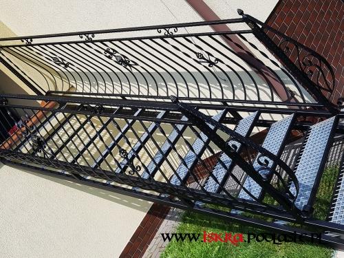 Metalowe schody z balustradami R-115
