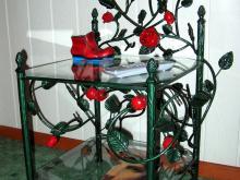 Ozdobny stoliczek z różami R-9