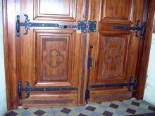 Metalowe okucia do drzwi