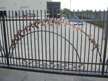 Ozdobne litery na ogrodzeniu OG-63