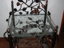 Ozdobny stoliczek z różami